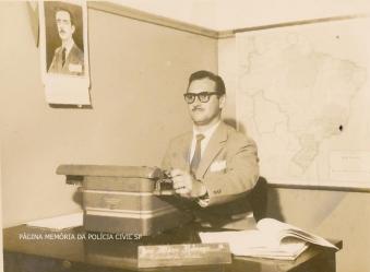 Delegacia do Município de Poá, com o Escrivão Nobrega, na década de 60.