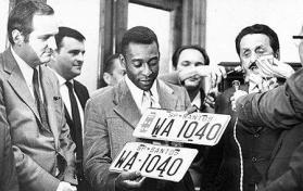 """Em 1.970, o Delegado de Polícia Dr. Paulo Vinhas entregando as placas de veículo número 1.040 para Edson Arantes do Nascimento """"Pelé"""" quando fez o 1.040 gols de sua carreira. Milton Camargo (esquerda) e Athiê Jorge Cury. De gravata e paletó preto, o Dr. Paulo Vinhas, pai das jornalista Silvia Vinhas(Band) e Ana Vinhas (Estadao)."""