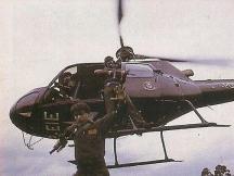 Pelicano em operação em 1987: Delegado Maurício Lemos Freire , Co-piloto Mario Gonçalves no esqui e Investigador Abreu no salto.