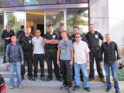 Pilotos de Formula 1 Jenson Button (em primeiro plano com camiseta azul clara com estampas e calça jeans) e Lewis Hamilton (entre dois policiais com com as mãos para trás), e Policiais Civis do GARRA. Ao lado de Jenson Button, o Investigador de Polícia Daniel Mateus, em 2.010.