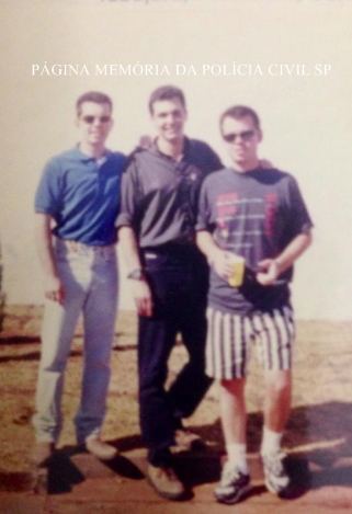 """Repórter Policial do Programa """"Operação de Risco"""" e Delegado de Polícia Alexandre Zakir, ao centro; de camisa azul a esquerda Delegado Tabajara Zuliani Santos e à direita Delegado Bernardo Bono, em 1.997."""