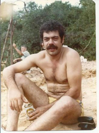 Investigador de Polícia Massaro Honda (ícone da Delegacia de Roubos do DEIC), com viatura da RUDI PILOTO na década de 60.