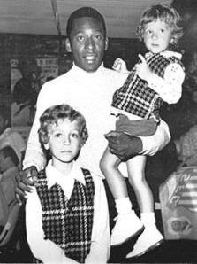 Pelé em São José do Rio Preto, em 1.972, carregando no colo dois irmãos: Eder Rodrigues Galavoti, hoje Delegado de Polícia e Jonei, no Restaurante Bambina.
