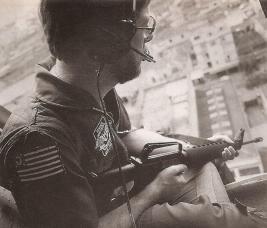 Investigador Mario Gonçalves empunhando uma Colt AR-15 , em 1987.
