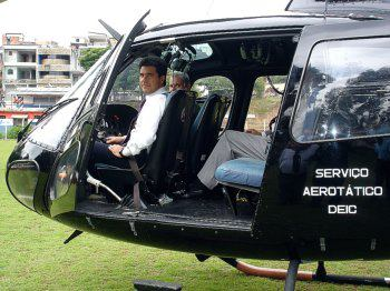 """O piloto de helicoptero e Delegado de Polícia Maurício Lemos Freire (ex- DGP), no """"Pelicano"""" quando estava a frente do Serviço Aerotático-SAT. Em 14 de agosto de 1984, foi criado no Departamento de Investigações sobre o Crime Organizado (Deic) o Serviço Aerotático (SAT), com o intuito de auxiliar em resgates, salvamentos e operações policiais. Naquele mesmo dia, a Polícia Civil ganhou seu primeiro helicóptero, conhecido por todos como """"Pelicano"""". Hoje, conta com quatro aeronaves modelo Esquilo, e mais de doze mil horas de vôo."""