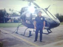 Investigador de Polícia Jefferson André do Grupo 30 do GOE, em frente ao Pelicano do SAT, no final dos anos 90. Esta aeronave sofreu acidente ao perseguir ladrões em 14 e julho de 2.001, causando a morte de dois Delegados e um Investigador que estavam a bordo.