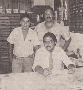 """De pé, os Investigadores de Polícia Benedito Pena e Pirajú, e sentado Laércio de Carvalho. o """"Lalá"""". Equipe da 4ª Delegacia DISCCPAT- DEIC, na década de 80."""