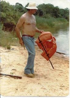 """Investigador de Polícia Eládio, o """"Cavalo de Aço"""" da 1ª Delegacia de Roubos e Extorções do DEIC, em pescaria no Mato Grosso, década de 80."""