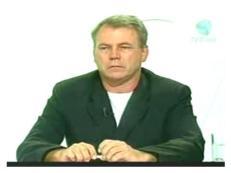 """Fausto Macedo: está no jornalismo desde 73, inicialmente em um jornal de São Vicente (SP). Em 74 ele já estava no """"Jornal da Tarde"""". Encontrava-se, então, no primeiro ano da faculdade. Foi destacado para cobrir polícia, como setorista no antigo Deic (Departamento de Investigações Criminais). Em 1975, passou a colaborar com o """"Opinião"""". Trabalhou, também, no """"Pasquim"""", em sua segunda fase. Rádios: """"Capital"""", """"Jovem Pan"""", """"Eldorado"""" e """"Bandeirantes"""". TV: """"Record"""". Em julho de 1992, mudou de área, de polícia para a editoria de política do """"Estado de S. Paulo"""". Tem se destacado por inúmeras e importantes reportagens políticas, de grande repercussão. Fausto declara ter trabalhado """"com gente muito capaz"""", entre os quais o jornalista Dante Matiussi."""