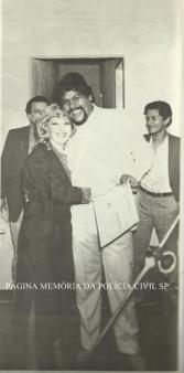 """Policial Civil da DISCCPAT- DEIC, João Flavio Ribeiro Joao Grandao, ao lado da Diretora da revistal """"O Tira"""" Silvia Helena do Prado, na década de 80."""