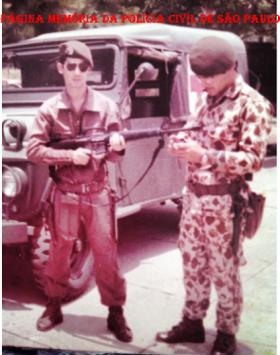 Investigador Walter de Matos (atualmente na DIG de Santos), em 1.976, fazendo parte da primeira tropa a usar o M16 no Brasil, o COE da PM de São Paulo. O COE por ser composto de ex Pára-quedistas todos usavam buts marrons.