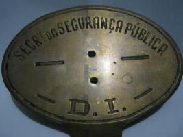 Placa das décadas de 40 a 60, para identificação de veículos do Departamento de Investigações DI . Geralmente era afixada no painel de veículos descaracterizados, do lado esquerdo do parabrisa dianteiro. (enviado pelo Investigador de Polícia João Barbosa do 91 DP- DECAP).