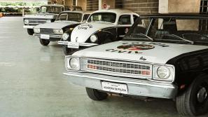 Viaturas da década de 70, Dodge Dart, VW Sedan Fusca, VW Variant e GM Veraneio, expostos na ACADEPOL