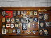 Coleção de distintivos policiais do Investigador de Polícia Mário S. D. Rebouças, lotado na cidade de Itanhaén. SOBRE A COLEÇÃO: DA ESQUERDA PARA A DIREITA: PRIMEIRA LINHA: 1-DISTINTIVO PC/SP MODELO ÁGUIA, 2-DISTINTIVO DOPS, 3- DISTINTIVO DELEGADO DE POLÍCIA SP, 4-PCRJ, 5-PCES, 6-PCMG, 7-PCDF, 8-PF, 9-FORÇA NACIONAL, 10-PRF, 11-ALGUNS DISTINTIVOS PEQUENOS DE INSTRUTORES DE TIRO, UM DA POLICIA ESPANHOLA E O PEQUENO DO ANTIDO D.E.R. SEGUNDA FILEIRA: DISTINTIVOS DA PC GOIAS, PC MATO GROSSO DO SUL, PC MATO GROSSO, PC PERNAMBUCO, PC MARANHÃO, PCR RIO GRANDE DO NORTE, PC CEARÁ, PC ALAGOAS, US MARSHALS E LOS ANGELES. TERCEIRA FILEIRA: DISTINTIVOS POLICIA CIVIL AMAZONAS, RONDONIA, SANTA CATARINA, BAHIA ANTIGO, BAHIA ATUAL, RIO GRANDE DO SUL, DISTINTIVO INVESTIGADOR SP MODELO GRANDE, AGENTE POLICIAL E AGENTE PENITENCIÁRIO SP E DOIS DISTINTIVOS DA POLICIA ESPANHOLA. QUARTA FILEIRA: DISTINTIVO DO SERVIÇO RESERVADO PM SP DOS ANOS 60, ANTIGO DISTINTIVO DA POLICIA CIVIL DE ESCRIVÃO DE POLÍCIA (SUPER CONSERVADO) ANTIGO DISTINTIVO DA PM DO RJ ANOS 80, DISTINTIVO DA ANTIGA GUARDA CIVIL DO RJ DO ANTIGO DEPARTAMENTO FEDERAL DE SEGURANÇA PÚBLICA ANOS 40, 3 DA PM, DISTINTIVO POLICIA DE ANGOLA, PIN POLICIA ALAGOAS, DISTINTIVO DA POLICIA DE NOVA IORQUE E DISTINTIVO DA AGENCIA NACIONAL ANTI DROGAS DOS ESTADOS UNIDOS D.E.A.