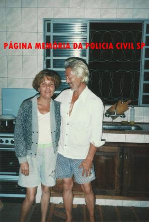 Investigador de Polícia Momoki Akimoto e sua esposa, na década de 90.