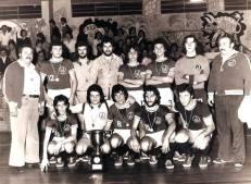 Delegado de Polícia Edison Santis, jogou na equipe de futsal do Juventus, na foto posando com o troféu de campeão. Na imagem, o goleiro Edison Santi é o sétimo em pé, da esquerda para direita, na década de 70.