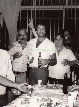 """Investigador de Polícia Valsemir """"Canalha"""", """"in memorian"""", Ricardo Romero e Porpetão, em confraternização na Delegacia Roubo a Bancos- DEIC, em 1.985."""
