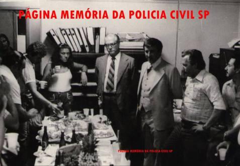 À partir da esquerda, Fotografo, Investigador José P. M. Alencar, (?), Investigadora (?), ao centro de gravata listrada, o então Diretor da DISCCPAT- DEIC (Kilo), Dante Maltoni, Delegado Titular do SIE- Serviço de Investigações Especiais Josecyr Cuoco, Perito Criminal Karazeck e Investigador Iguatemi Campão, na década de 70.