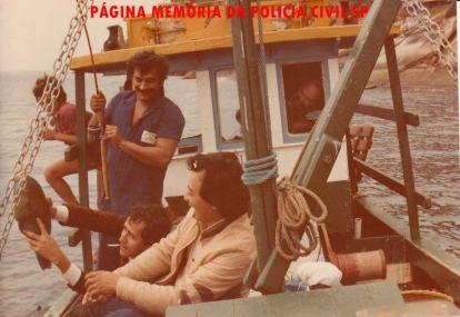 """Equipe da Delegacia de Roubos- DISCCCPAT, DEIC (KILO): Investigadores de Polícia Galdino, Luis Carlos dos Santos (hoje Delegado ex- DGP Adjunto) e Oscar Matsuo, em pescaria em Ilha Bela, início da década de 80. Curiosidade desta pescaria, foi que o Galdino """"Pé"""" fritou todo o camarão que levaram, assim acabou a isca para a pesca e tiveram que retornar antes."""