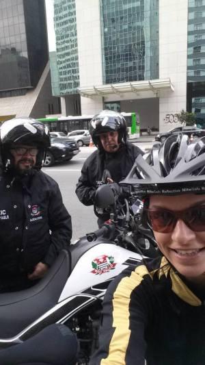A Delegada de Polícia Maju Ricci, há 18 anos trabalhando na Polícia Civil, nas ruas da cidade de São Paulo praticando seu esporte predileto, o ciclismo. Durante o trajeto encontrou Investigadores de Polícia, motociclistas do GARRA- DEIC, Richard e o Pacheco, que efetuavam diligências na região.