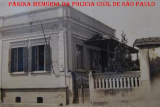 Antiga Delegacia de Polícia do Município de São Roque na Rua Enrico Dell'Acqua, década de 1940. https://www.facebook.com/MemoriaDaPoliciaCivilDoEstadoDeSaoPaulo/photos/a.282383331884245.65302.282332015222710/1093354947453742/?type=3&theater