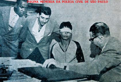 """Após investigações que demandaram inaudito esforço, os Investigadores de Polícia Washington Gomes de Campos """"Campinho"""", José Pedro Marcondes de Godoy """"Godoy"""" e Antonio Juliano Sobrinho """"Juliano"""", do Setor de Assaltos da Delegacia de Roubos do DI- Departartamento de Investigações, atual DEIC """"Kilo"""", sob o comando do Delegado Titular Nemr Jorge, em 29/12/1960, desbarataram gang radicada no Jardim Japão, Zona Norte. Os marginais assaltavam e matavam motoristas de praça, na Capital de São Paulo. Prisão do marginal Sebastião Isael Delgado, vulgo """"Nêgo"""", que em 28.11.1960, assassinou o investigador Jaime Grisi Ferraz, da Delegacia de Roubos, em Vila Medeiros. Caso de grande repercussão nos anos 60. (Acervo do advogado Demerval Campos """"Campinho"""")."""