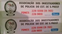 Adesivos da Associação dos Investigadores de Polícia do Estado de São Paulo, com telefones para contato com a Polícia Civil, distribuídos no final da década de 70. Acervo do Desembargador do TJSP, Dr. Miguel Marques da Silva.
