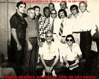 """Equipe de Policiais Civis do DEIC na década de 70. À partir da esquerda, Investigadores Ceará, Oswaldo Vulcano """"in memoriam"""", (?); o atleta Nelson Arantes do Nascimento """"Pelé""""."""