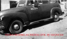 Viatura Chevrolet ano 1.950, cor verde escuro. O policial que está ao volante é o saudoso Milton Bednarski, à época investigador da Delegacia de Roubos do DI- Departamento de Investigações.
