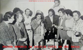 """Confraternização de policiais da 1ª Delegacia de Roubos """"Kilo"""" da DISCCPAT- DEIC, no final da década de 70. À partir da esquerda, (X), (X), (X), Investigadores Iraí, o saudoso chefe José de Freitas Mendonça (posteriormente delegado de Itaquá), (X), Francisco Fontes """"Chicão"""" (chefe da Divisão de c c/ Patrimônio, acima, com o copo na boca), Manoel Salles """"Mané Rodapé"""" e Edson """"B."""". https://www.facebook.com/MemoriaDaPoliciaCivilDoEstadoDeSaoPaulo/photos/a.372880226167888.1073741849.282332015222710/1026106164178621/?type=3&theater"""