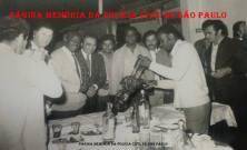 Churrasco da 1ª Delegacia de Roubos da DISCCPAT- DEIC (Kilo), no Clube Estrela do Parí. À partir da esquerda, (?), Investigador Abílio Armando Alcarpe; (?); Delegado Getúlio Paelo Prado, (?), (?), (?), (?) e último à direita de blusa preta, o Investigador Paraguaio. (Acervo do Investigador Alberto Prado Giba).