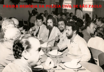 """Foto histórica da imprensa policial, com profissionais do """"Estadão"""", na década de 70. Repórteres Fonseca, Marcos Abrantes, Renato Lombardi (de barba), Escrivão Ronaldo Pantera Lopes e Zancopé Simões. Ao fundo de bigode, o lendário Joao Bussab. (Acervo do Reporter Renato Lombardi)."""