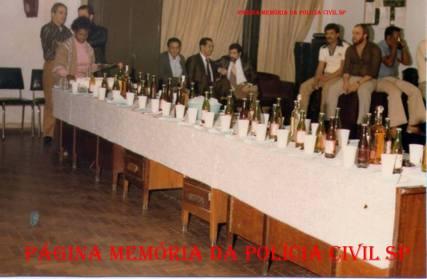 """Comemoração na Delegacia de Roubos da DISCCPAT do DEIC, na década de 70. À partir da esquerda, Investigador Rui """"Piteira""""; Dona da Cantina Dijanira """"Nega Dija""""; Investigador Àureo Marcatto, o saudoso Chefe dos Investigadores da Divisão Laerte São Bernardo, Delegado Pachequinho; Investigadores Coalhada """"in memoriam"""", Ratti (depois Delegado), Edgar """"in memoriam"""". https://www.facebook.com/MemoriaDaPoliciaCivilDoEstadoDeSaoPaulo/photos/a.372880226167888.1073741849.282332015222710/1199428250179744/?type=3&theater"""