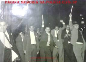 """Equipe da Delegacia de Roubos """"kilo"""", do DI- Departamento de Investigações, soltando fogos, festejando a realização de um grande trabalho de investigação, na década de 60. Sem gravata ao centro, o Investigador Mozart Uchoa. (Acervo da filha do Policial, Fernanda Uchoa). https://www.facebook.com/MemoriaDaPoliciaCivilDoEstadoDeSaoPaulo/photos/a.372880226167888.1073741849.282332015222710/1021068078015763/?type=3&theater"""