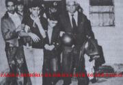 """Os irmãos Cardoso sendo resgatados por policiais do DI- Departamento de Investigações, do cativeiro da primeira extorsão mediante sequestro de crianças da história do País, no Jardim Brasil- Zona Norte de São Paulo, em junho de 1.967. Em primeiro plano, à esquerda o Investigador Astorige Correa """"Correinha"""", ao centro as vítimas e à direita o Investigador José Cristófalo. https://www.facebook.com/MemoriaDaPoliciaCivilDoEstadoDeSaoPaulo/photos/a.359815487474362.1073741848.282332015222710/1011911548931416/?type=3&theater"""