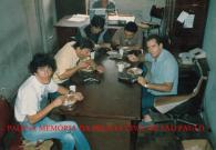 """Horário de almoço na Delegacia de Roubo a Bancos do DEIC """"Kilo"""", final da década de 80. À partir da esquerda Agente Policial Tadeu """"Filé"""" Investigadores Roberto """"Bedé"""" Dalevedove , Kazuo, Jorge """"Cabeção"""" e Juacir. https://www.facebook.com/MemoriaDaPoliciaCivilDoEstadoDeSaoPaulo/photos/a.372880226167888.1073741849.282332015222710/1187292721393297/?type=3&theater"""