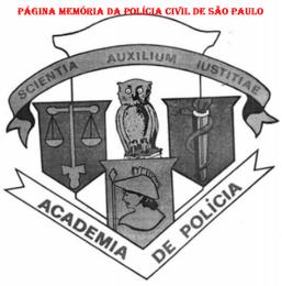 """Emblema da Academia de Polícia. Foi criado constando o nome """"Escola de Polícia"""" entre 1.934 e 1.939, não se tendo notícia de seu autor.. Em 1.948, foi remontado pelo Delegado Tobias Delbel Junior, com a colaboração do desenhista do Liceu de Artes e Ofício de São Paulo, Armando Vicente Gianetti. Em 1.975, foi mudado o nome para Academia de Polícia. A composição formada de 3 escudos, com uma coruja, simbolizando a vigilância ao centro; No escudo à direita, a balança e o sabre, retratando o direito; No segundo à esquerda, o caduceu representando a medicina; No terceiro embaixo a cabeça de Minerva, espelhando a ciência."""