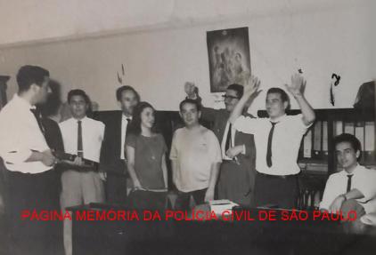 """Dependências do DOPS- Departamento de Ordem Política e Social, em setembro de 1966. À particr da esquerda, Investigadores Osvaldo Machado de Oliveira """"Osvaldão"""" (chefe), (X), Teófilo Queiroz, Wanda Vieira, Miguel Tapis, André Narques, (X) e sentado Vladimir. https://www.facebook.com/MemoriaDaPoliciaCivilDoEstadoDeSaoPaulo/photos/a.299034823552429.68610.282332015222710/1264262233696345/?type=3&theater"""