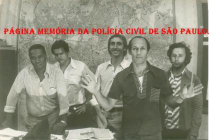 DISCCPAT- DEIC (Kilo), em 1.977. À partir da esquerda, Investigadores Nelson Laurindo (no começo da década de 70 foi vítima de explosão de uma bomba no Consulado da Bolívia na Avenida Senador Queiroz), Carlão, Paulo Roberto De Queiroz Motta (Atual Delegado no DEINTER 6), Edeval Monteiro e Rubens. (xerox de foto do acervo do Investigador Edival Monteiro). https://memoriadapoliciacivildesaopaulo.com/