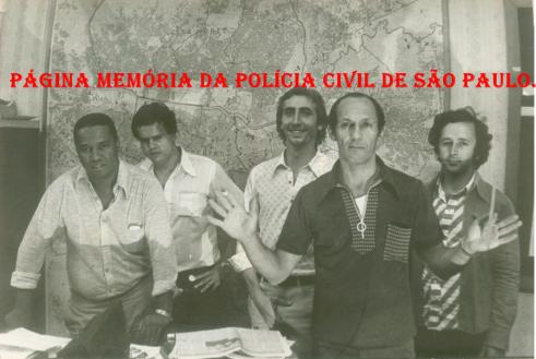 DISCCPAT- DEIC (Kilo), em 1.977. À partir da esquerda, Investigadores Nelson Laurindo (no começo da década de 70 foi vítima de explosão de uma bomba no Consulado da Bolívia na Avenida Senador Queiroz), Carlão, Paulo Roberto De Queiroz Motta (Atual Delegado no DEINTER 6), Edeval Monteiro e Rubens. (xerox de foto do acervo do Investigador Edival Monteiro). http://memoriadapoliciacivildesaopaulo.com/