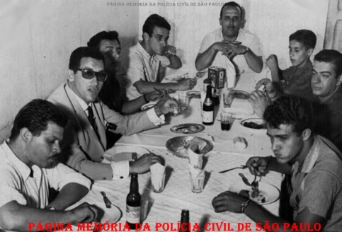 """Em 1964, na cabeceira da mesa, Francisco Alcântara (Chico) Investigador de Polícia na epoca lotado na Delegacia de Furtos do Departamento de Investigações (DI). Na ponta esquerda, três Investigadores não identificados e Luis Carlos Alcântara, atualmente Investigador. A direita Paulo Roberto Alcântara ( Paulinho ) """"ïn memoriam"""", que viria a ser Investigador do GARRA na decada de 90, Varela lendário Encarregado dos Investigadores da Delegacia de Furtos e José Francisco de Alcantara. Foto tirada em Serra Negra no casamento de Clécio Ribeiro (Reporter Policial na epoca)."""