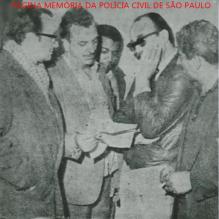 """Equipe da Delegacia de Roubos do DI- Departamento de Investigações, em 1.968. Prisão de um italiano, ladrão arrombador de residências. Da esquerda para a direita, Investigadores Milton Bednarski (encarregado), Abílio Ayres dos Santos """"Saúva""""; Roberto Araújo Mello; detido e investigador Ismael João de Paula """"Bigode"""". Acervo do advogado Dermeval Campos """"Campinho""""."""