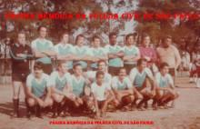 """Equipe de futebol do DEIC, em 1.980: À partir da esquerda de pé, Investigadores João Bertaioli """"João da Banha"""", Mauricio Hilario Sanches, Sepúlveda """"Esquerdinha"""", Paletó, Arlindo """"Arrepiado, in memorian"""", Branca de Neve, Santana, Binder e Mario """"Fumaça, in memorian"""". Agachados Toronto, (?), Ribeirinho, Paulo Fleury, Gabi, Ferrugem e Nistal. ( Acervo de Eduardo Gabriel Pinto, filho do Mário Fumaça, que é o menino que está agachado à frente)."""