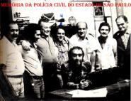 """Equipe de Policiais da Delegacia da 2ª Delegacia da DISCCPAT- DEIC (Kilo), em 1.974. À partir da esquerda, Investigador Nogueira """"in memorian""""; Reporter Paladino, Investigadores Waldemar Ferrari, Paulo Artusi """"Pinduca"""", (?), (?), Geraldo de Almeida """"Medalha"""" e sentado Everaldo Petri. (Acervo de Geraldo Prado, filho do Policial Civil """"Geraldo Medalha"""")."""