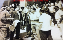 """Policiais civis da Delegacia de Roubos e Delegacia de Jogos, defronte o antigo DI- Departamento de Investigações, atual DEIC, na Rua Brigadeiro Tobias, 527- Luz. À partir da esquerda, em primeiro plano, Investigadores Abílio Ayres dos Santos """"Saúva"""", Antônio Deudato da Fonseca """"Deusdato""""; Delegados Orlando Barreti e Inácio Francisco; Investigadores Sérgio Getúlio Zunckeller e Noé Lino """"Veludo"""". No último degrau, parte de cima, os Investigadores Osvaldo Peixoto (de bigode) e José Clovis Mazziero """"Zelão"""" (de boina). Ao fundo, atrás do Serginho Getúlio, o Investigador Alberto Assef Neme. (Acervo do Repórter Policial João Bussab)."""