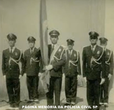 Guardas Civis da Polícia do Estado de São Paulo em ato solene com o Pavilhão Nacional, nos anos 50.