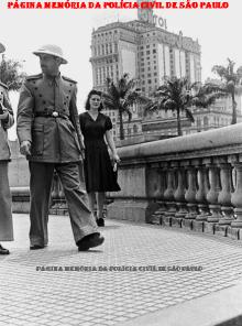 Integrante da extinta Guarda Civil da Polícia do Estado de São Paulo, trajando o primeiro uniforme do policiamento de trânsito (ainda sem o distintivo da GC), no Viaduto do Chá, em 1.941. (Acervo do GCM Lendro Grabe)