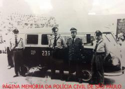Integrantes da Gloriosa Força Pública, com viatura de marca VW Kombi, da Rádio Patrulha da Delegacia Auxilar da 6ª Divisão Policial, na década de 60. Acervo do GCM Lendro Grabe.