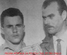 """À direita o Investigador da Delegacia de Roubos do DI- Departamento de investigações """"Kilo"""", Agostinho Gentil Bertolazzi e um preso, na década de 60. Acervo do advogado Dermeval Gomes Campos."""