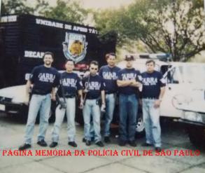 Viatura da Unidade de Apoio Tático do GER- DECAP, em 1.996. Investigadores Rocha, César, Rogério, Mauro, Cláudio e o saudo Augusto. Acervo da Investigadora Camila Fragnan. https://www.facebook.com/MemoriaDaPoliciaCivilDoEstadoDeSaoPaulo/photos/a.299433930179185.68692.282332015222710/1140225072766729/?type=3&theater